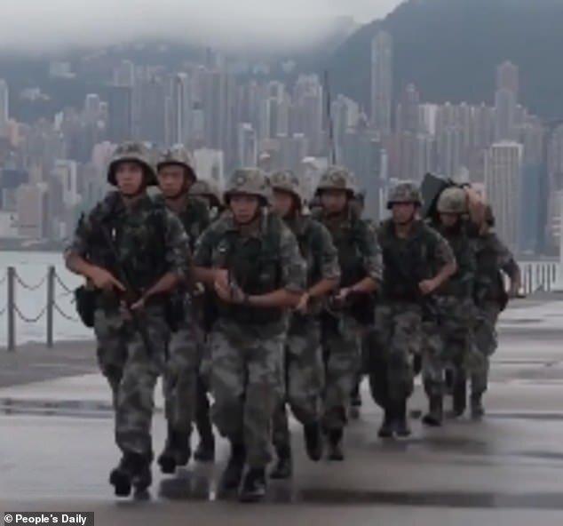 هشدار پکن نسبت به آسیب اقتصاد هنگ کنگ، برگزاری رزمایش نظامیان چین