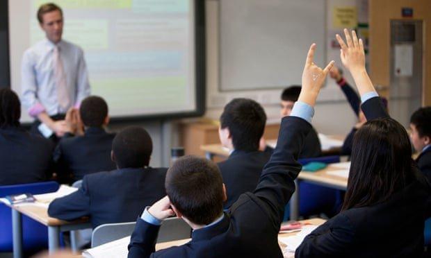 کارشکنی مدارس انگلیس با اجباری کردن لباس های فرمِ گرانقیمت برای دانش آموزان