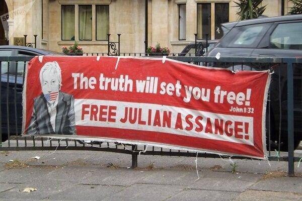 هواداران آسانژ مقابل محل نگهداری وی در لندن تظاهرات کردند